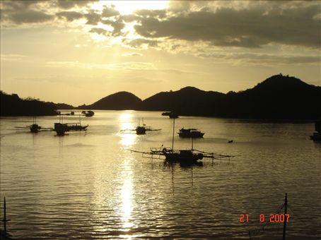 Labuan Bajon satama auringonlaskun aikaan. Flores.