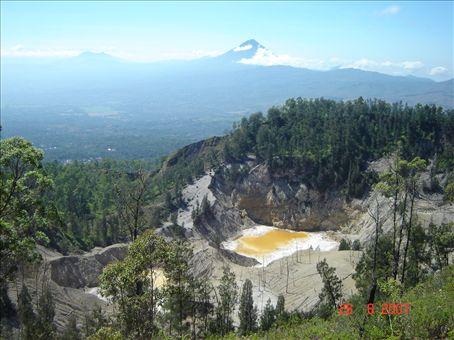 Wawo muda-tulivuori Bajawan lahella, kraateri muodostui 2001 purkauksessa.
