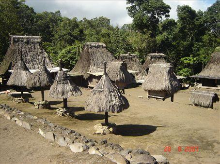 Luban perinteinen kyla Bajawan lahella. Flores.