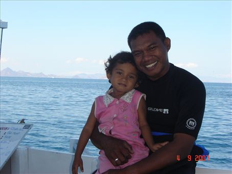 Divine divingin divemaster Daniel ja tytar. Flores.