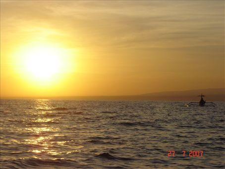 Auringonnousu Lovinan edustalla, Pohjois-Balilla.