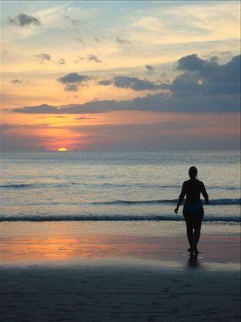 Auringonlasku Kata beachilla.