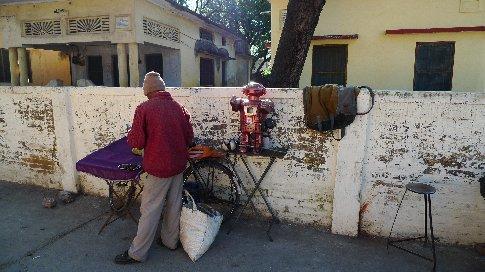 rishikesh/ramjula - der roboter kann die zukunft vorhersagen - verspricht zumindest der typ da ....