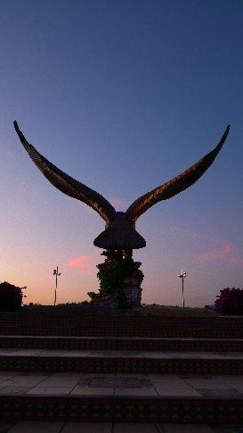 der 18-meter-marmor-vogel in langkawi
