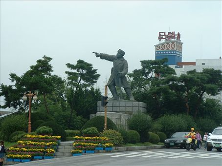 General Lee, pointing the way to Seoul