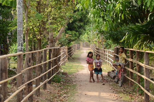 Children playing in the street of Don Kho