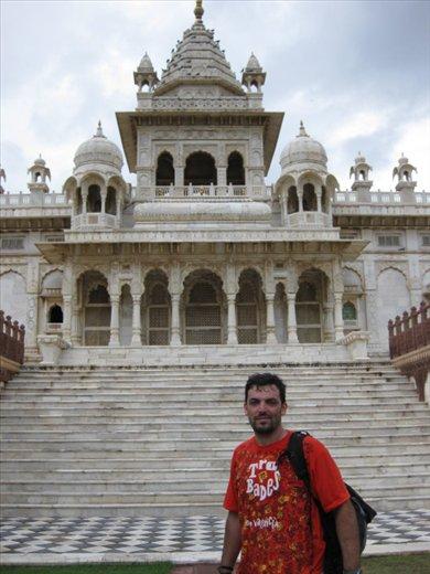 Jodhpur, en el monumento de marmol blanco en memoria del maraja.