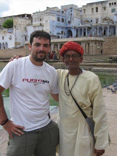 En los gaths de Pushkar, con un tipo majo que buscaba alguna moneda...