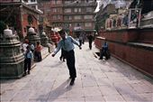 Cricket is popular also in Kathmandu. Kids play after school enjoying the confort of the square formed around the stupa, bewared of heavy traffic and crowded streets.