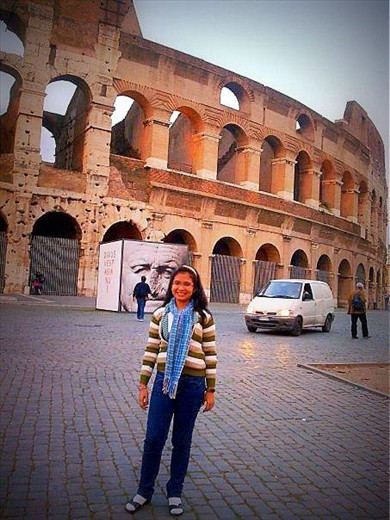 A wanderer posing before the Colosseum in Italy
