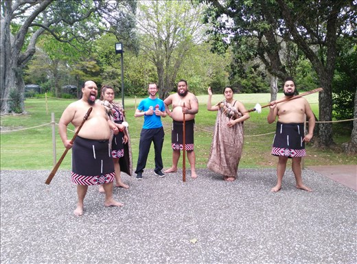 Die Omas und Ich, umzingelt von Maoris!