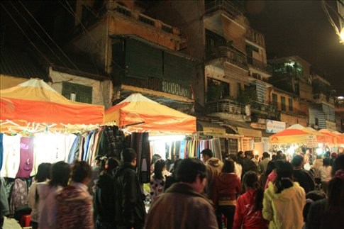 The busy Dong Xuan night market.