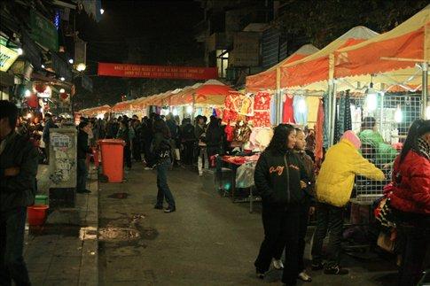 Scene at Dong Xuan night market.