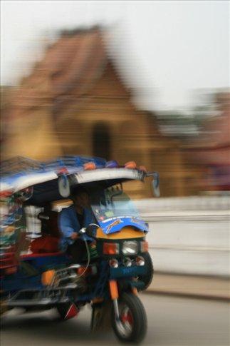 Tuktuk passing by Wat Sensoukarahm.