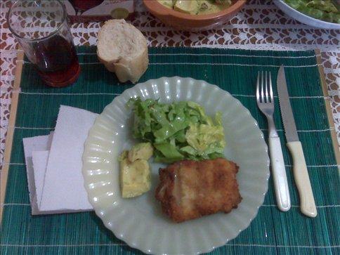 Milanesa de pollo, palta, y ensalada de lechuga