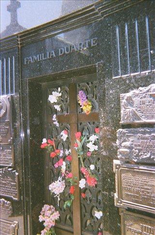 People still put flowers on Eva Peron´s tomb