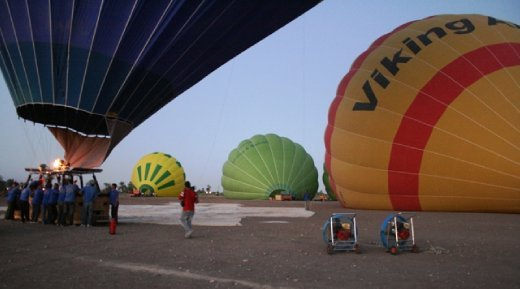 Early early morning - hot air balloons!