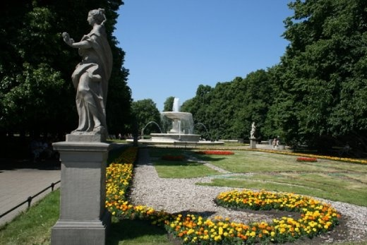 Walking through the gardens towards the Tomb of the Unknown Soldier