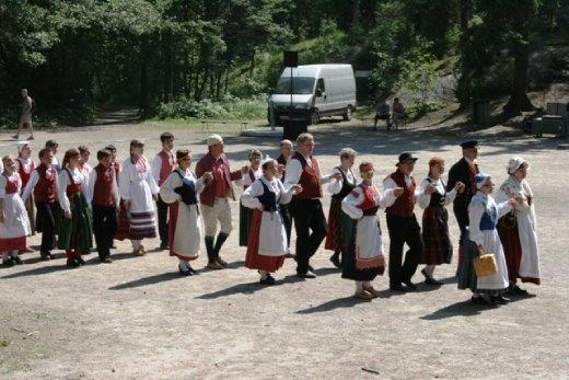Big display of local dances celebrating Helsinki Day