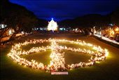 Human Peace Sign, composed of 1,500 students of Silliman University holding candles to lit the place and for the peace sign to form... this symbolizes their call for World Peace, especially in Negros Oriental which still has a problem with insurgency. : by dxlapid, Views[1169]
