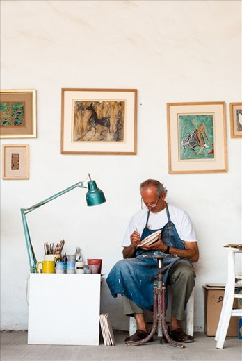 Singer and songwriter, artisan and defender of liberty, justice and their local traditions, he's Paco Padilla, who he's been working on the pottery workshop that his father has started in 1952, the year of Paco's birth. He has been on the pottery bussines for more than 35 years.