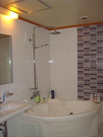 Love Motel bathroom