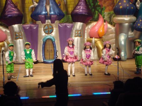 The foreign teachers had NO idea that there was going to be a big blown up castle in the background and all these different costumes for each act...  We thought there were only costumes for the plays!  Wow...   Harvard class had the opening act!  Miss Molly Had a Dolly...wooo!