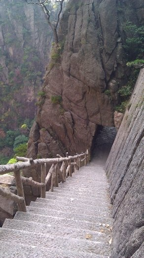 Steps on the way to the Grand Canyon leading steeply down into the rock.