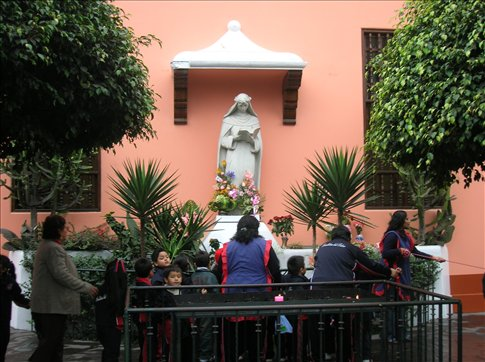 school children learning about St. Rose of Lima at her casa