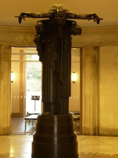 Statut de commémoration des soldats morts à la guerre. Elle a été nommée Sacrifice...très émouvant comme sculpture!