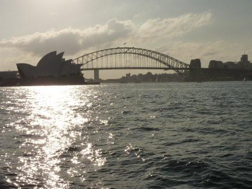 Vue typique de la ville de Sydney donc à la gauche, Sydney Opera House et au millieu Sydney Harbour Bridge! Ça me rappelle les Olympiques!