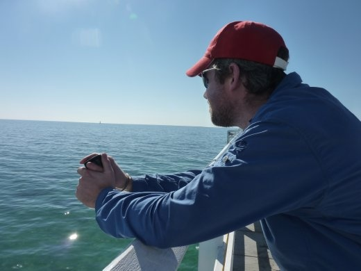 Ted regardant l'océan.