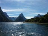 Vue Globale de Milford Sound qui en fait n'est pas un sound (je ne sais pas le terme en francais) mais plutot un fjord...LE sommet le plus pointu, c'est Mitre Peak: by emilpeace, Views[290]