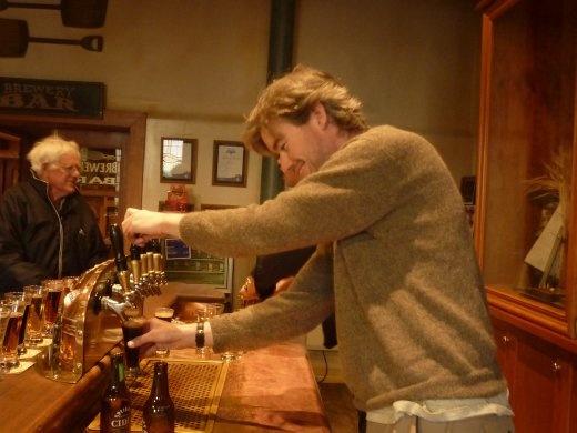 Nous avons visiter la brasserie Speights--une biere commune ici et Ted a pu jouer le barman!