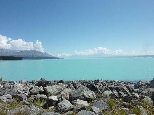 Lake Pukaki et Mt Cook loin dans le fond...le lac est tellement bleu qu'il en fait mal au yeux! Une chance que j'avais des lunettes soleil!