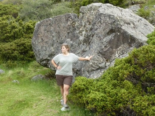 Moi qui imite Freda, la premiere femme qui a grimpe Mt Cook! Sauf que elle avait une grosse jupe...pouvez-vous imaginer grimper une montagne en grosse jupe a crinoline?