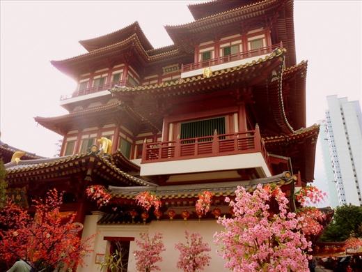 ...et un temple buddhiste. Singapour etant un melange de toutes les cultures asiatiques ....on peut en trouver pour tous les gouts!