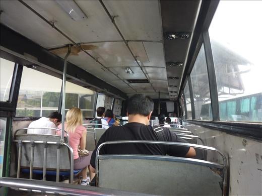 l'interieur de l'autobus en Malaysie...elle me faisait etrangement penser aux autobus au Guatemala