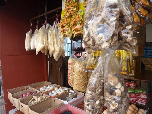 Un kiosques avec des trucs a vendre...on sait pas toujours c'est quoi....le premier d'un millions d'autres comme ca a travers l'Asie!
