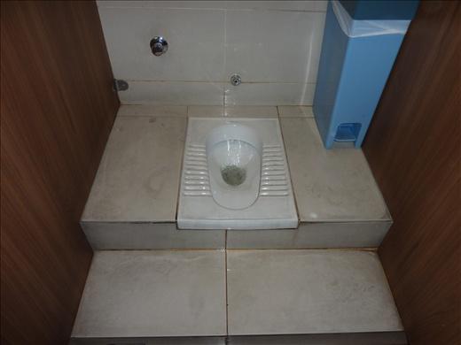 Un tout nouvel entrainement pour moi...les toilettes asiatiques...en bref, tu mets tes pieds sur les craques de chaque bord du trou...tu squat...et tu fais ce que tu as a faire....ca sort pas aussi facilement!!!!!! hihihih scusez les details!.......un mois plus tard, je suis bonne en passant!!!!