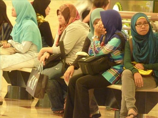 La Malaysie etant un pays musulman, les femmes doivent etre voilees. Donc on voit ici un gang de malaysiennes dans leur quotidien.