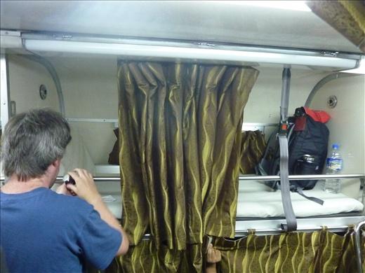 Alors premiere experience de passer la nuit dans un train. Quand meme confortable. Ca c'est mon lit pour la nuit! et heureusement un beau rideau pour un peu d'intinite!