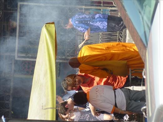 Moine bouddiste au marche