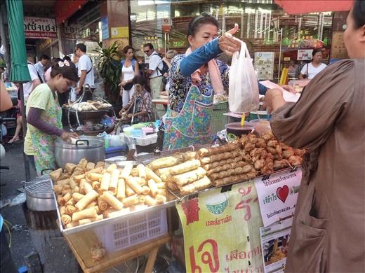 Il y en a partout des petits kiosques comme ca! Une chose est certaine, a Bangkok, tu peux jamais mourir de faim!
