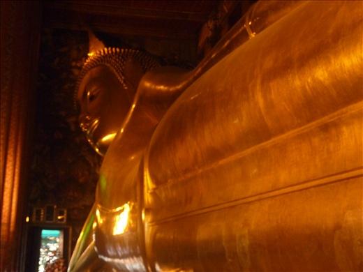 Le plus grand Buddha couche de la Thailande. Position qu'a adopte Buddha lorsqu'il a atteint l'illumination.