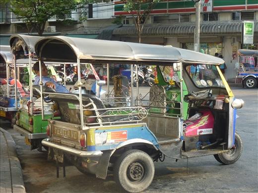 Tuk-Tuk...moyen de transport tres frequent en Asie!!!!! Celui-la est un modele thailandais...on en verra beaucoup d'autre!