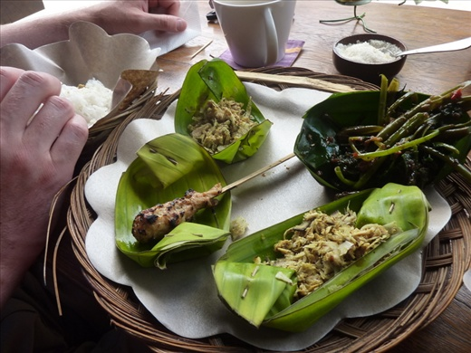 Presentation typique d'un repas Balinais! dans les feuilles de bananes!