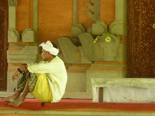 On relax au temple...qui en fait est un endroit de social pour les gens locaux!