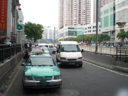 grote gebouwen, maar toch ook veel bomen in Guangzhou! hiervoor een taxi. helemaal niet duur! 10 min. taxi is maar 2 euro ofzo. alleen communiceren waar je heen moet is lastig als je geen chinees kan en ze het kleine straatje waar je woont niet kennen. :S