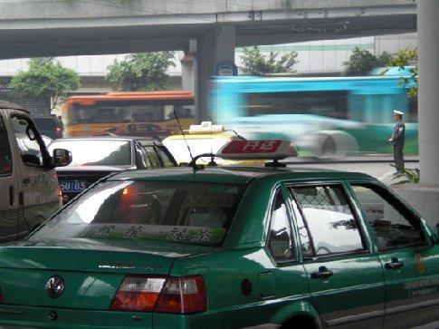 de politie meneer rechtsboven moet er elke dag voor zorgen dat de mensen ook echt alleen oversteken als het stoplicht op groen staat. (Beetje dubbelop? echt china weer...) t zal je baan maar zijn..
